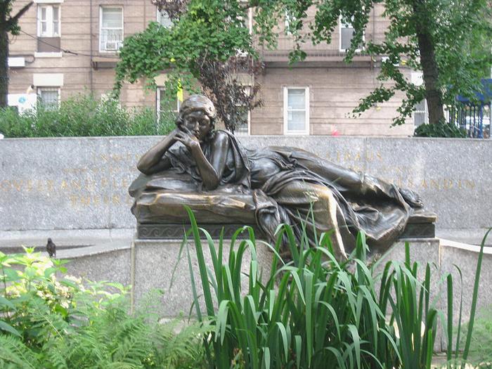 Мемориал Иду и Исидору Штраус в парке Штраус в Нью-Йорке.
