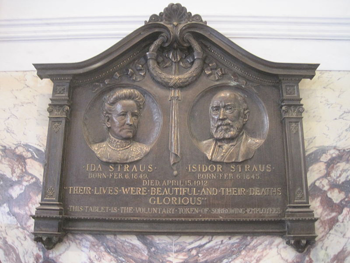Памятная табличка семье Штраус, установленная на центральном универмаге Macy's в Нью-Йорке. *Их жизнь была прекрасна, а их смерть - величественна.*