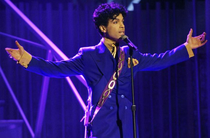 Американский певец и мультиинструменталист Принс.