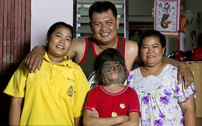 Супатра со своей семьей.