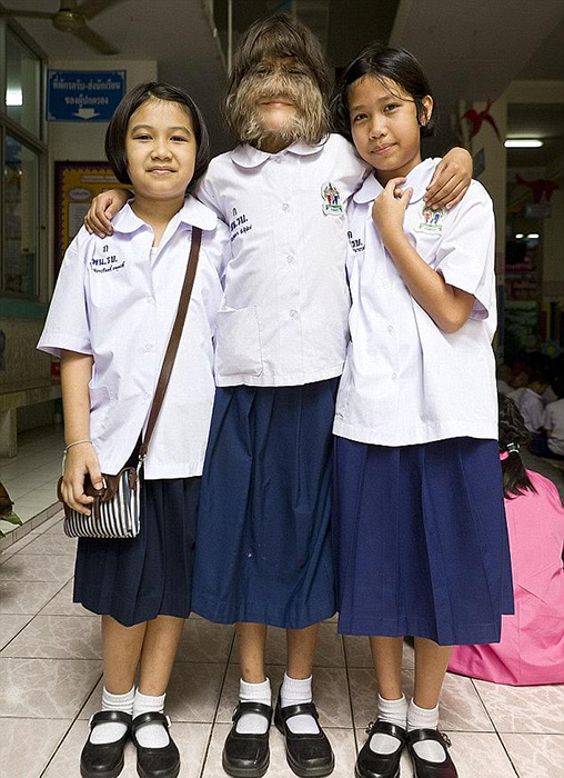 Супатра со своими школьными подругами.
