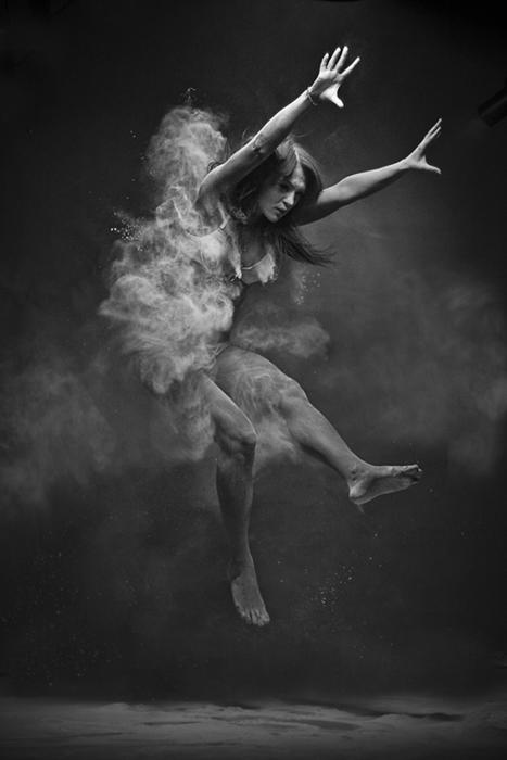 Черное-белые фотографии, запечатлевающие момент движения.