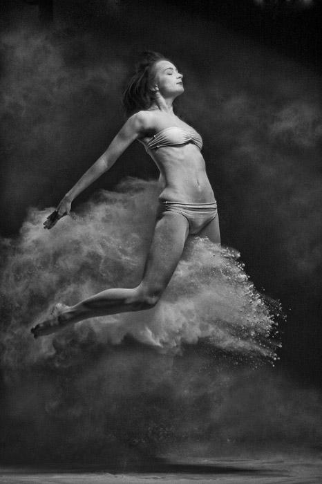 «Девушка на летящем дельфине из мела».