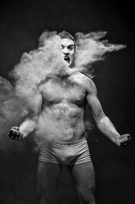 Для своих фотографий Сурков использовал меловую пыль.
