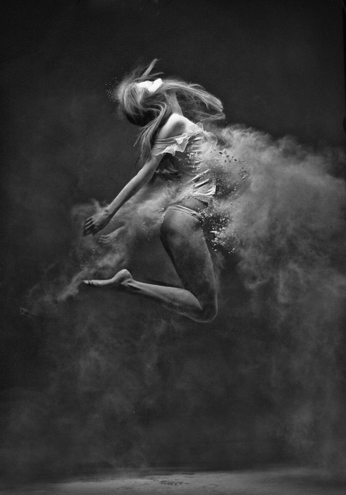 «В полете» - фотография из черно-белой серии Антона Суркова.