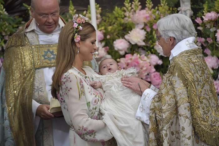 Принцесса Мадлен держит свою дочь.