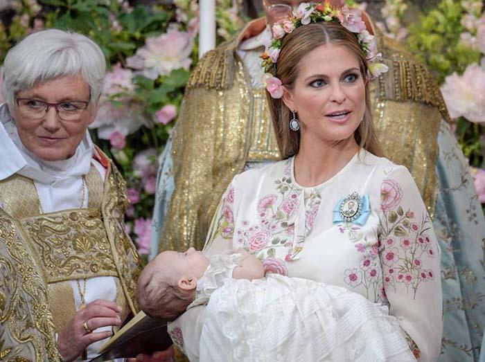 Гордая мама была одной из первых, кто прибыл в часовню.