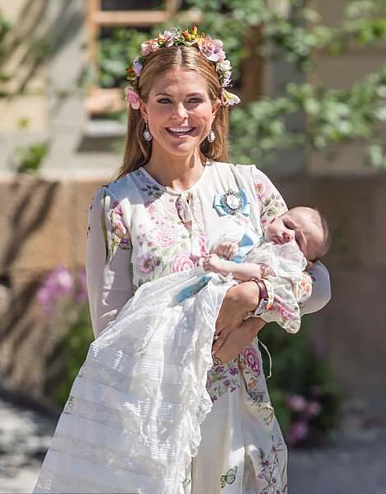 Мама Мадлен позирует с крещенной дочерью.