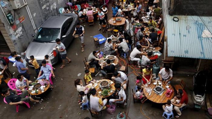 Люди едят собачье мясо в ресторане, специализирующимся на подобных блюдах. Китай. ¦ Фото: stuff.co.nz.