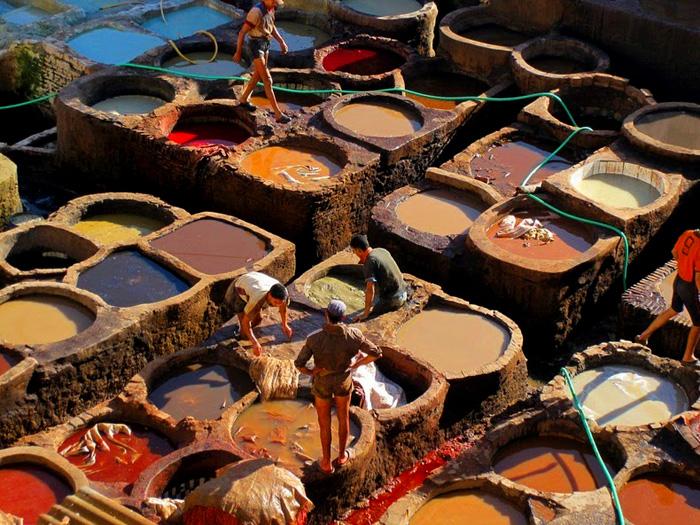 В дубильнях города Фес используются только натуральные красители