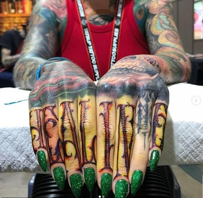 Сара планирует полностью покрыть свое тело татуировками.