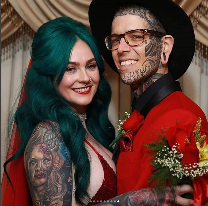 Сара со своим мужем. Instagram rosesarered_23.