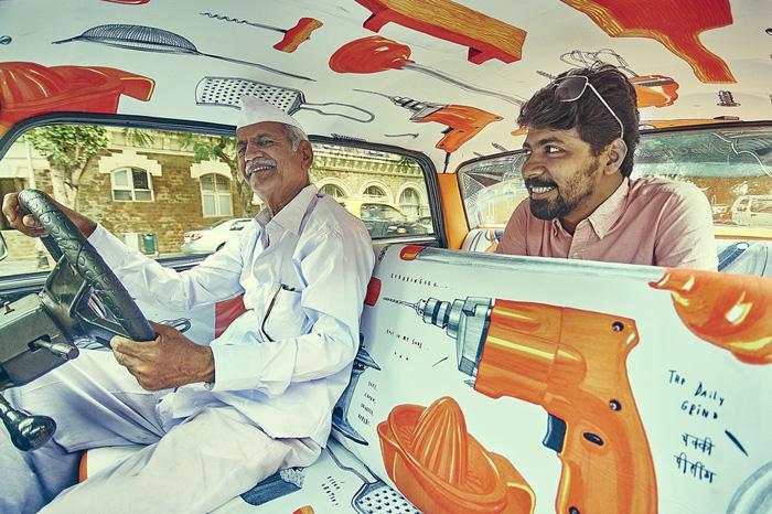 Таксист уникального такси и пассажир.
