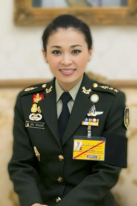 До того как стать начальником охраны принца, Сутхида работала стюардессой.