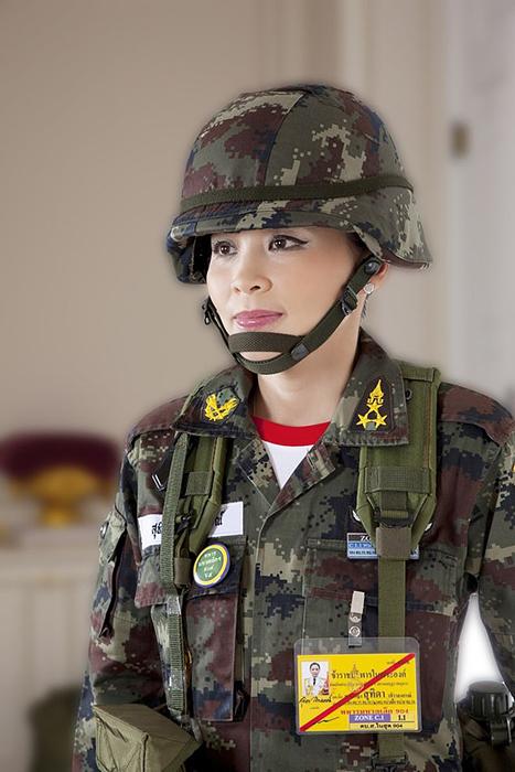 Королева в военной форме.