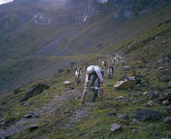 Забираться вверх и вниз по склонам было для Томаса нелегко.