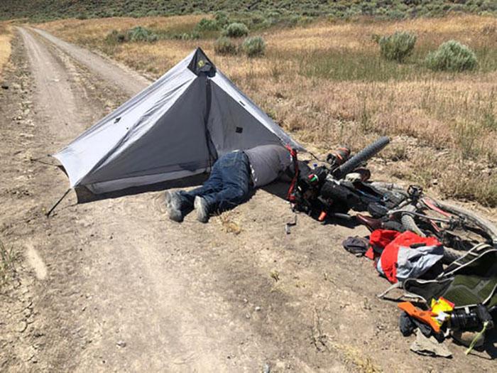 Грегори рядом с палаткой.