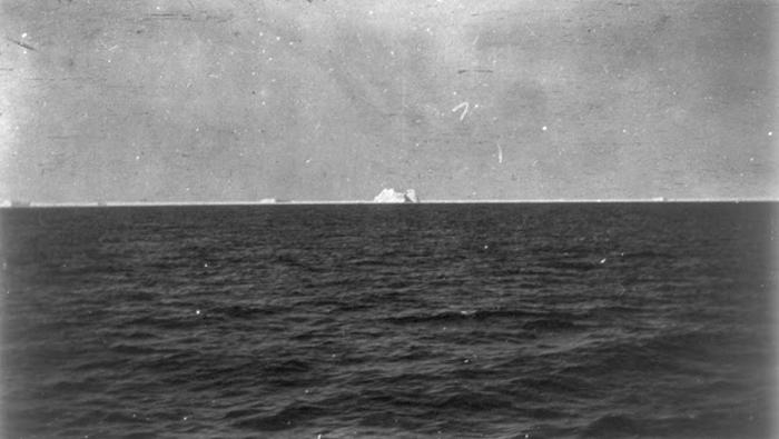 Айсберг, с которым, предположительно, столкнулся лайнер *Титаник*.