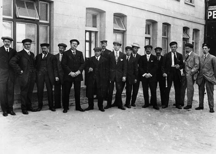 Выжившие из числа обслуживающего персонала в первом классе стоят в очереди на допрос.