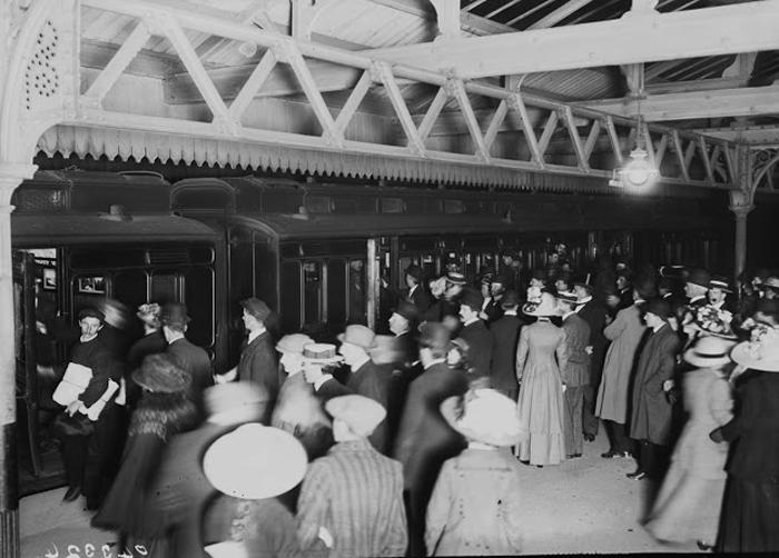 Родственники ждут на железнодорожном вокзале Саусхэмптона выживших с *Титаника*.