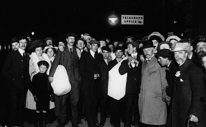 Родственники ждут выживших в Саусхэмптоне.