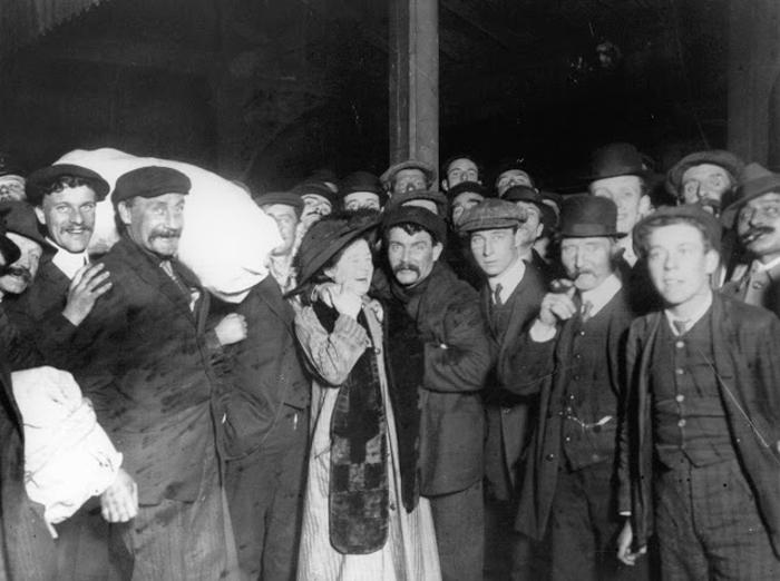 Встреча выживших после кораблекрушения.