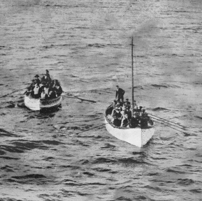 Выжившие с *Титаника* приближаются к пароходу *Карпатия*.