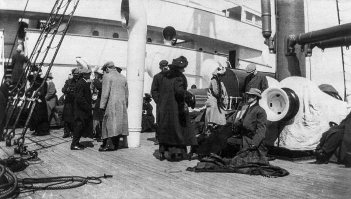 Выжившие на борту *Карпатии*.