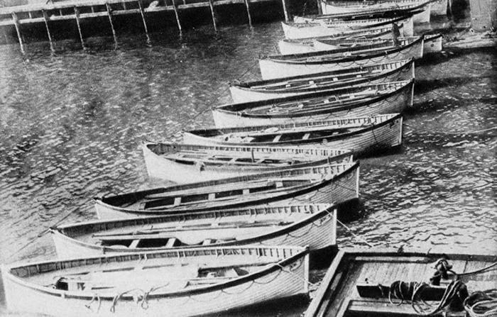 Шлюпки *Титаника* возвращены на причал, принадлежащий White Star Line.