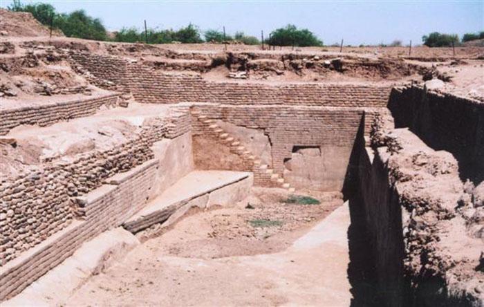 Останки древнеримских общественных туалетов.