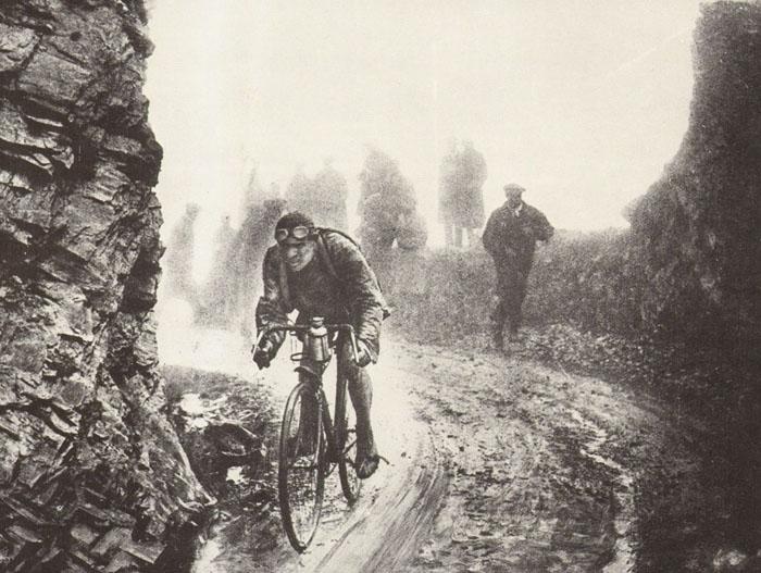 Велогонка Тур де Франс часто ведется по очень сложным участкам.