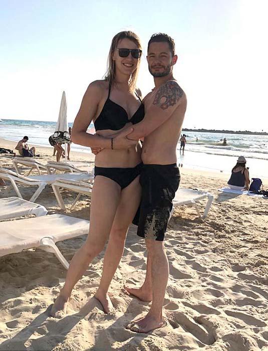 Ханна и Джейк на пляже.