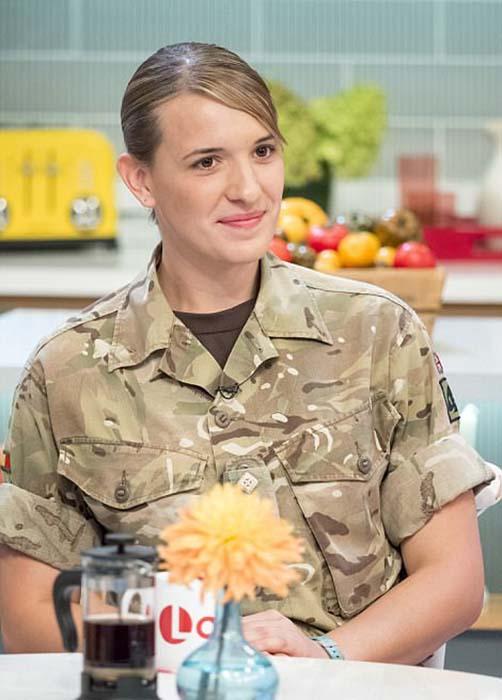 Ханна в форме военного.