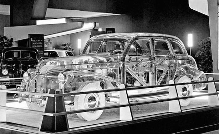Pontiac Deluxe Six Ghost Car в выставочном павильоне.