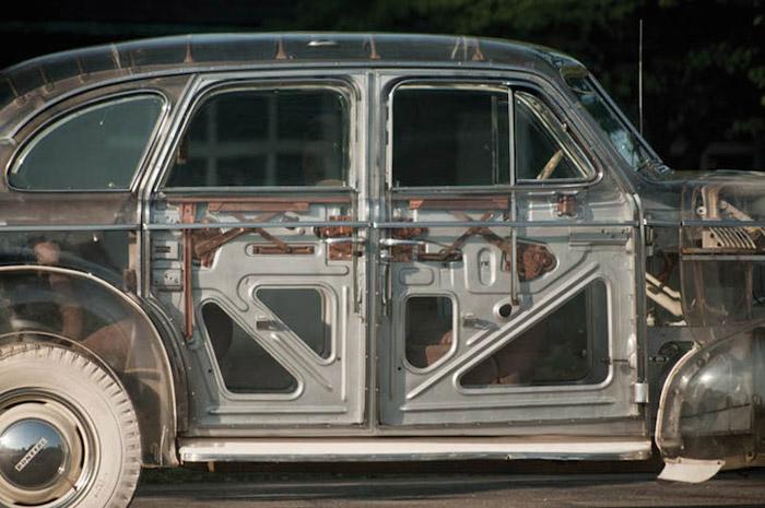 Сквозь органическое стекло можно рассмотреть внутреннее строение автомобиля.