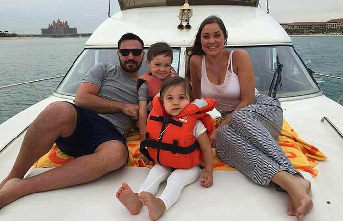 Клэр и Ян Фишер со своими детьми отправились в долгое путешествие.