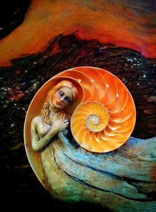Женщина-наутилус, отпечатки богини.  Автор: Debra Bernier.
