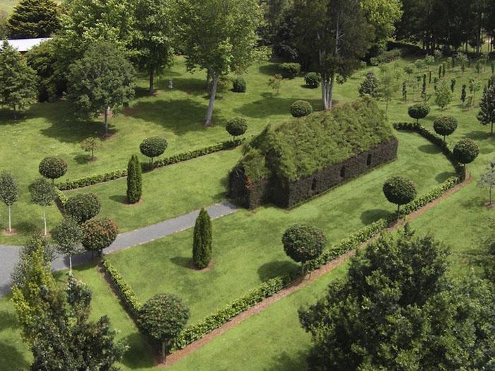 Территория церкви вместе с садами и лабиринтом занимает три акра.