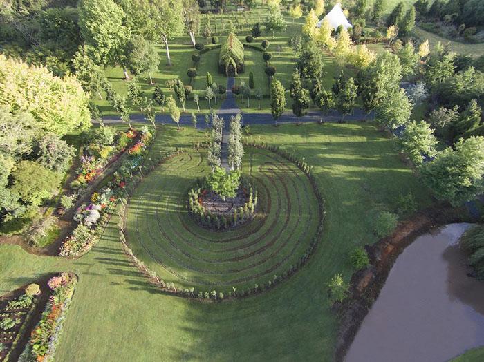На территории сада находится также лабиринт.