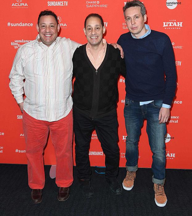 Девид (cлева), Роберт (в центре) и директор расследования дела тройняшек на премьере фильма, посвященного этому эксперименту.