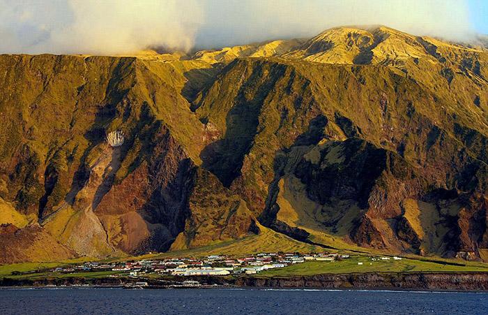 Большая часть острова представляет собой вулкан.