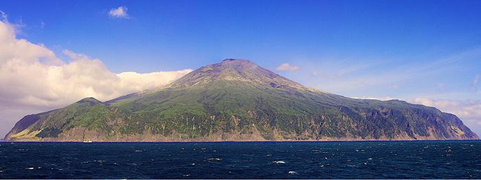 Тристан-да-Кунья со стороны океана.
