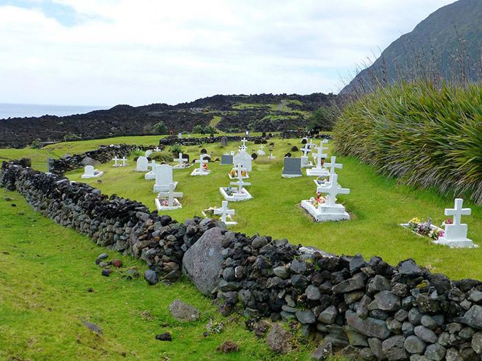 На острове есть свое небольшое кладбище, на котором местные жители могут найти родственников на несколько поколений назад.