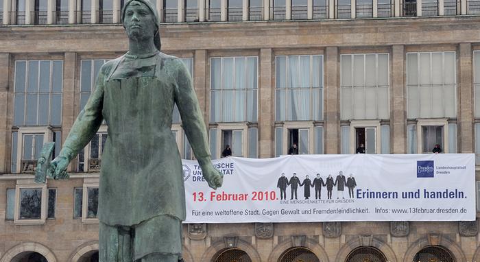 Памятник трюммерфрау в Дрездене.