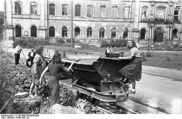 Историки утверждают, что число женщин среди работников на руинах было не так велико, как то рисует пропаганда.