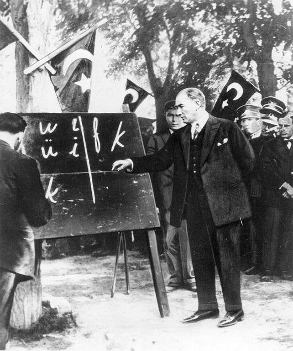 Мустафа Кемаль Ататюрк показывает новый алфавит 20 сентября 1928 года.