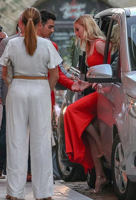 Званый ужин накануне второй свадьбы: Софи и Джо были в красном, в то время как все гости были одеты в белое.