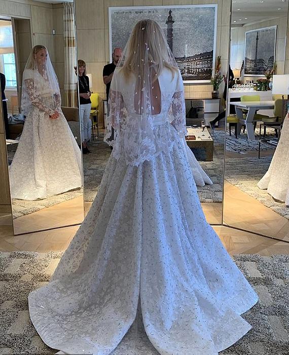 Платье невесты от Louis Vuitton.