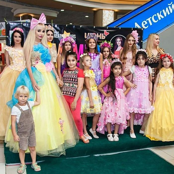 Русская Барби вместе с детьми.