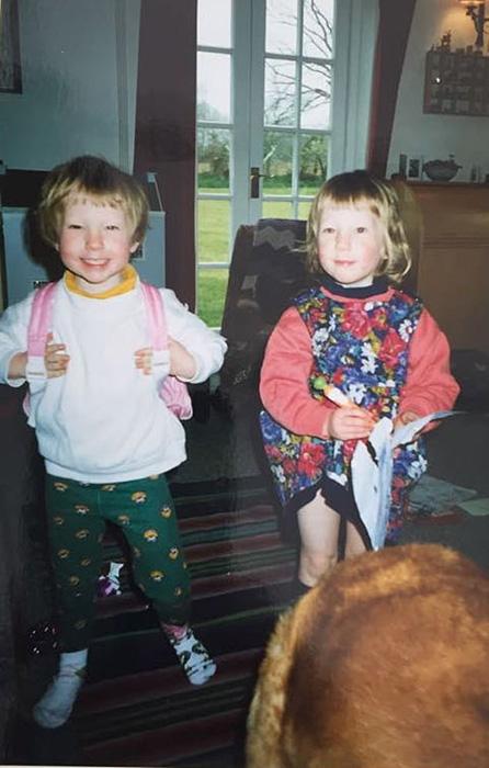 Сара решила носить штаны с четырех лет. Джесс в платье.